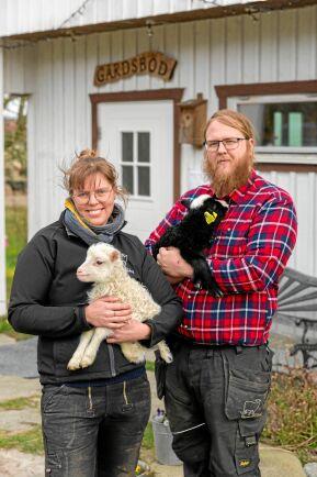 Camilla och Johan gillar att driva gården tillsammans som syskon.