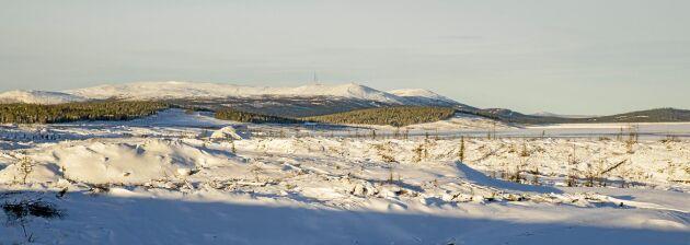 Aitiks sandmagasin skymtar till höger och de skogsavverkningar som gjorts och görs till vänster och i bakgrunden ser man skidfjället Dundret intill Gällivare.