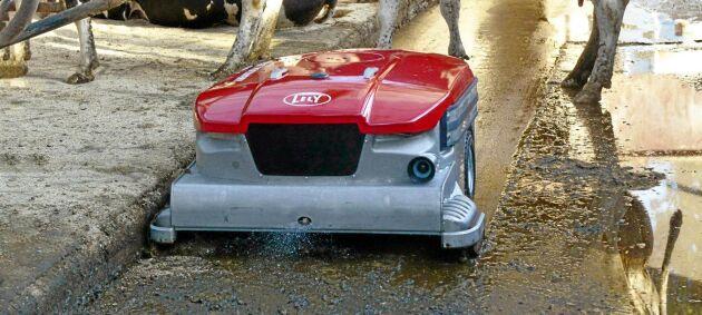 Lelys utgödslingsrobot fick guldmedalj i Elmias innovationstävling i år. Roboten blöter upp och skrapar rent golven från gödsel, och suger sedan upp materialet i en 340 literstank.