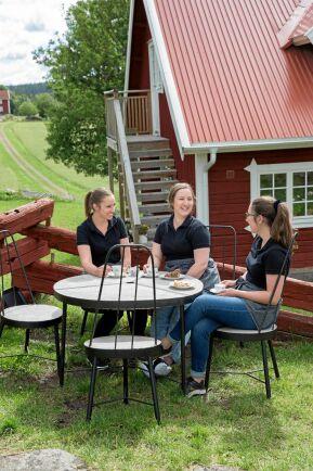 De tre systrarna, Sandra, Louise och Josefin, ser kaféet som ett sätt att kunna driva gården vidare.