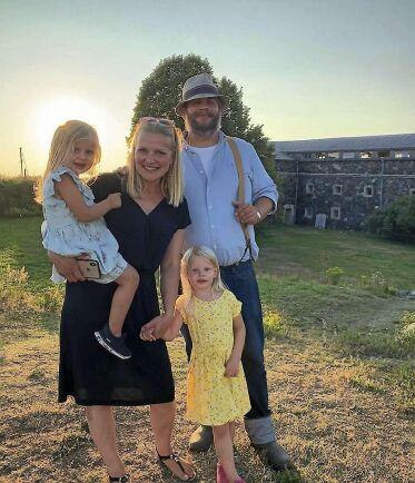 Johan och Anna Pensar, två riktiga eldsjälar i Sverige. Här med barnen i deras älskade skärgård.
