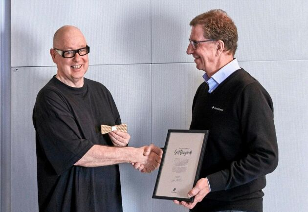 Ger Wingårdh tar emot Årets Träfluga av Lars Martinson, VD på Martinsons.