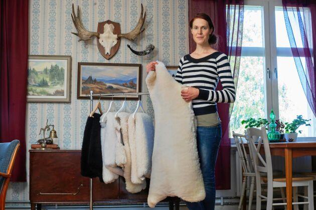 Elin granskar ett fårskinn, som Sandöns lantgård säljer korv och köttlådor.