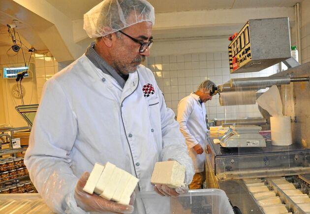Mohamad Godeh och Alireza Zahedi på Nablus mejeri i Malmö tillverkar ost av svensk mjölk.