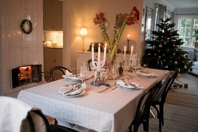 Det stora bordet är uppdukat till julmiddag för släkt och vänner.