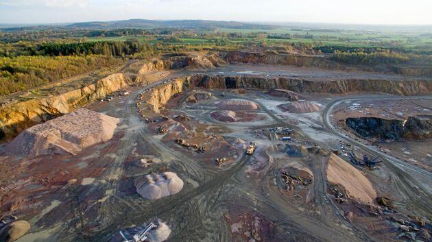 Om svenska staten tycker att gruvbrytningen är tillräckligt viktig kan en lantbrukare tvingas tillåta gruvbrytning. Men först krävs tillstånd från flera myndigheter.