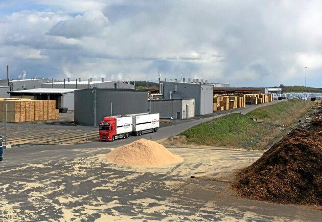 Holmens sågverk i Braviken ligger nära pappersbruket, men eftersom avståndet ändå är någon kilometer krävs lastbilar för flistransporterna.