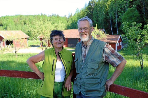 Kemiingenjören Lena Engelmark Embertsén och skogsekologen Ola Engemark har hitta nya sätt att leva av sin skog.