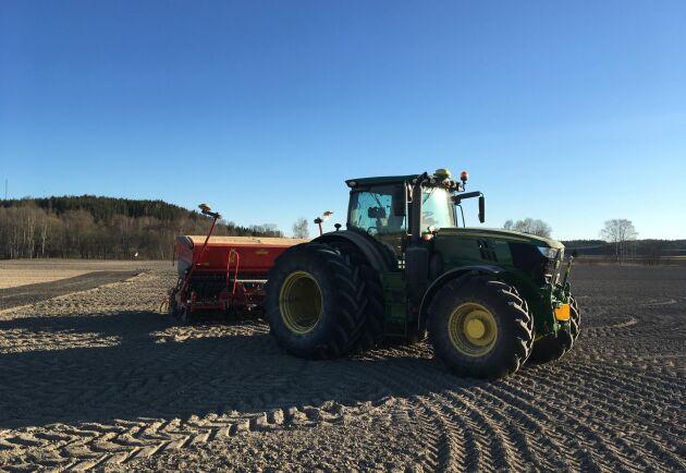 Lantbrukseleverna i årskurs ett står för arbetet på fälten.