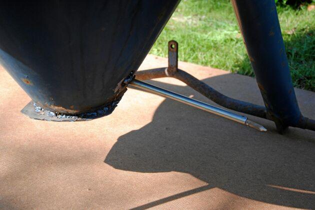 Ett rör i botten används sedan för att släcka elden.