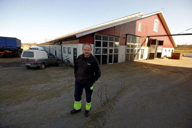 En dyr väntan. Det är ett oacceptabelt agerande av Lantmäteriet, tycker mjölkbonden Kjell Sandahl om att såväl pris som handläggningstid har fördubblats på tre år.