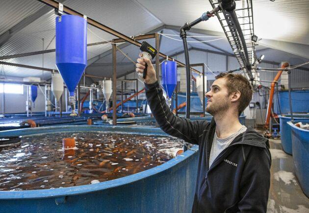 Mikael Olenmark letar efter köldläckage i taket för att minimera energiåtgången.