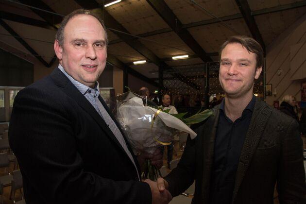 Ulf Claesson, till vänster, avtackades under onsdagen på Falköpings Mejeris stämma efter 16 år som ordförande. Han efterträds av Claes Arnesson.