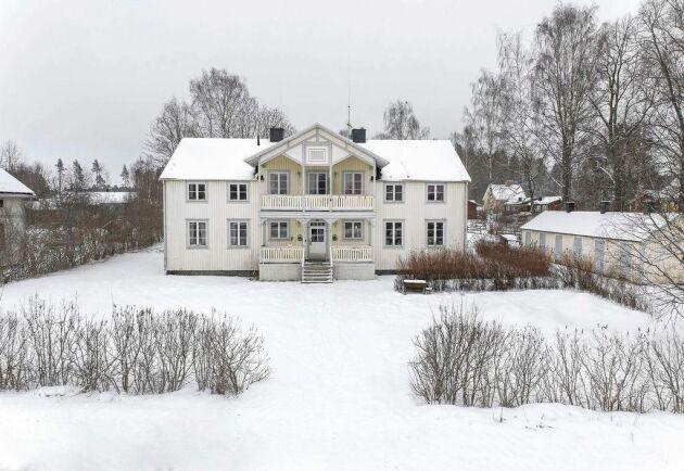 Huset är en pärla för den som vill ha vackra exteriörer och stora möjligheter att renovera om.