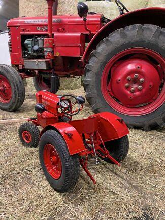 Walters traktor är en perfekt miniatyr av morbror Viktors veterantraktor BM typ 230 årsmodell 1960.