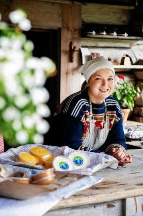 Knis Anna med några av hennes och sambon Jerks ostar på Karl Tövåsens föbod utanför Rättvik.