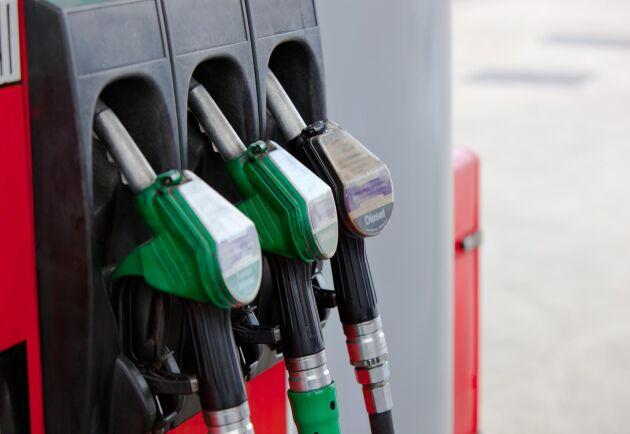 Bensinen kommer kosta 15 öre mer per liter och dieseln 10,25 öre mer per liter. Arkivbild.