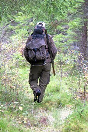 Bengt Johansson är harjägaren personifierad. Han tillbringar en stor del av jaktsäsongen i skogen med bössa och hund. Oftast helt ensam.