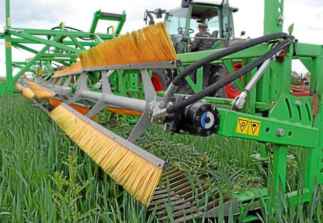 Föraren kan styra haspeln från förarhytten genom traktorns hydraulik. Haspeln går att reversera för att få bort material som fastnat på knivarna.