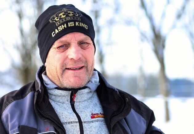 René Flück driver en ridanläggning strax söder om branden. Även han känner oro inför att släppa ut hästarna på bete.