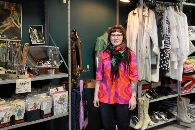 Maja Sumelius syr och lagar också kläder på beställning.