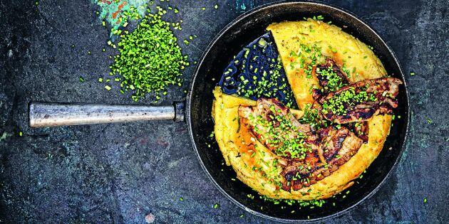 Bjud på frasig äggakaka med stekt fläsk och gräslök