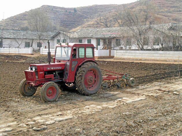 En Volvo BM anses vara en modernitet i Nordkorea. Lantbrukarna är också förvånade över hur väl underhållen en gammal traktor kan vara.
