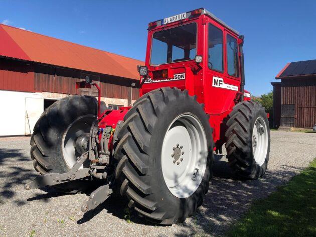 Maskinen är midjestyrd och har fyra lika stora hjul.