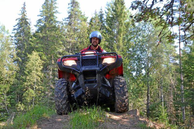 Per Johansson har byggt en hinderbana i Horshult som han använder när han utbildar i att köra fyrhjuling.