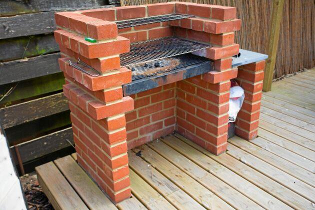 En grill du murar själv av tegel eller lättbetong får det mått du själv vill ha. Använd frostsäkert tegel så att inte stenen fryser sönder under vintern. Foto: Istock.