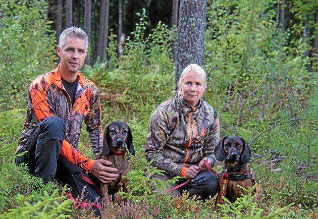 Per och Sandra Eriksson med de bayerska vildspårhundarna Ginza och Edda.