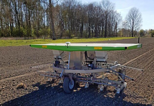Roboten drivs helt av den påmonterade solcellen som sedan laddar ett litet tillhörande batteri i maskinen.