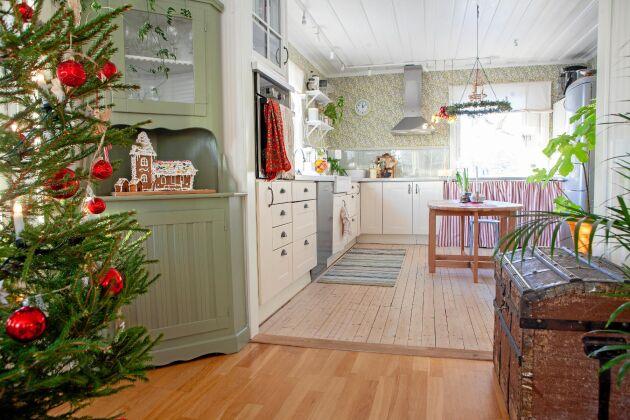 Öppen planlösning mellan matsalen och det luftiga köket.
