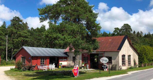 På Gotland, längs väg 148, ligger den gamla smedjan som nu rymmer Hjärtfabriken och ett gårdscafé.