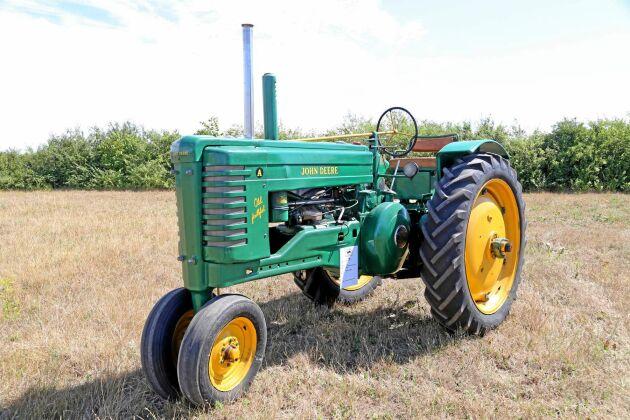 """76 000 kr, John Deere Model A """"Old Faithful"""" 2-cyl T132 1949, En av traktorerna som funnits längst i samlingen. Prydligt renovering av John Deeres kanske mesta klassiker!"""