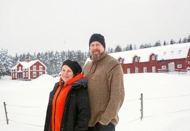 Britta-Karin Jakobsson och Thomas Holmbom på Bälinge gård i Luleå kommun.
