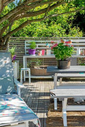 Det rymliga matbordet används för att spela spel, pyssla vid och äta frukost, lunch och middag så länge vädret tillåter. Pilens bladverk ger välbehövlig skugga heta dagar.