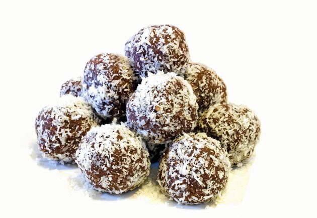 Rulla bollarna i kokosflingor, hackade nötter eller kakao.