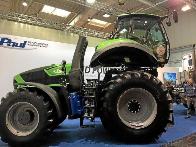 Traktorn har försetts både med lyft och snurrhytt.