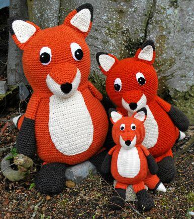 Ett helt gryt fullt med virkade rävar.