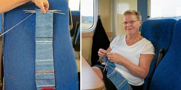 Anna-Karin håller koll på tågförseningarna – med sin stickning