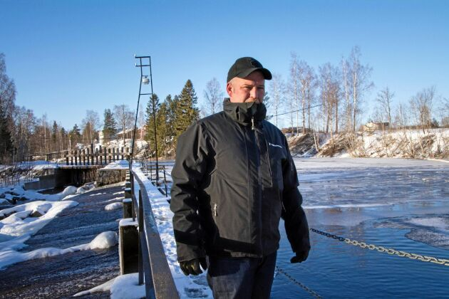 Stefan Åkerlund är djupt kritisk mot att Nordanstigs kommun lägger stora pengar på ett osäkert fiskevårdsprojekt samtidigt som servicen för invånarna urholkas. Han har själv flyttat sina barn till skola i en annan kommun på grund av brist på behöriga lärare.