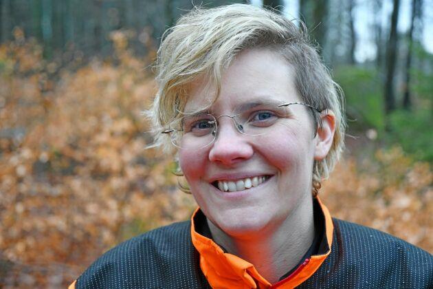2012 blev Anna Skogar plötsligt innehavare av 236 hektar produktiv skog. Först kände hon en stor press. Idag är hon stolt över sin skog och livnär sig på skogsbruket. Efternamnet Skogar är ett gammalt släktnamn.