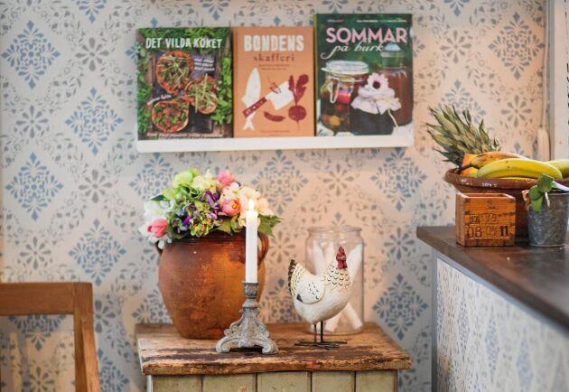 I köket finns ännu ett fynd från gårdens uthus, en vacker gammal vedlår placerad under hyllorna med kokböcker.