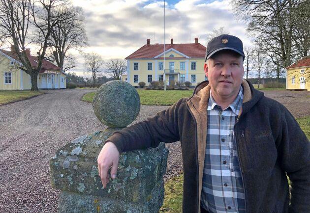 Fredrik Solgesjö framför Ryningsholms säteri utanför Eksjö som han köpte i fjol och dit han ska flytta så småningom med sin familj. Fastigheten är totalt drygt 500 hektar stor, varav runt 200 hektar åkermark och resten skog.