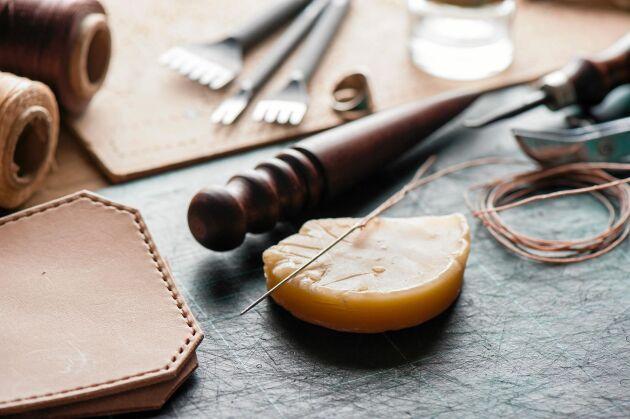Bivax är oumbärligt när du syr för hand, särskiltnär materialen är tjocka.