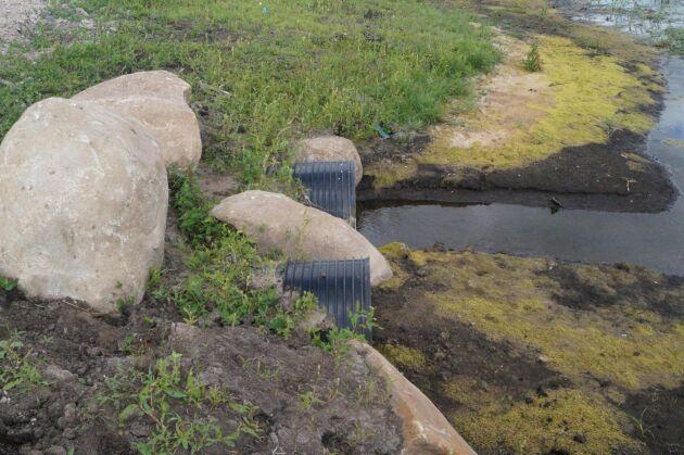 Genomloppet mellan bevattningsdammen och våtmarken borde ha haft längre rör för att inte sättas igen.