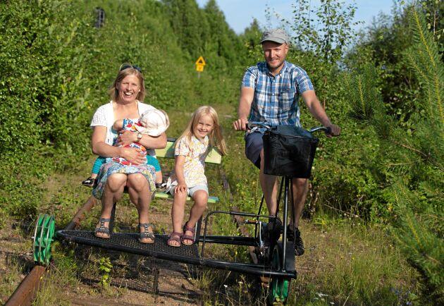 Familjen Beijer från Uppsala har ett sommarställe bara en bit från Vitvattnet. De kan i dag trampa på Sverige längsta dressinjärnväg.
