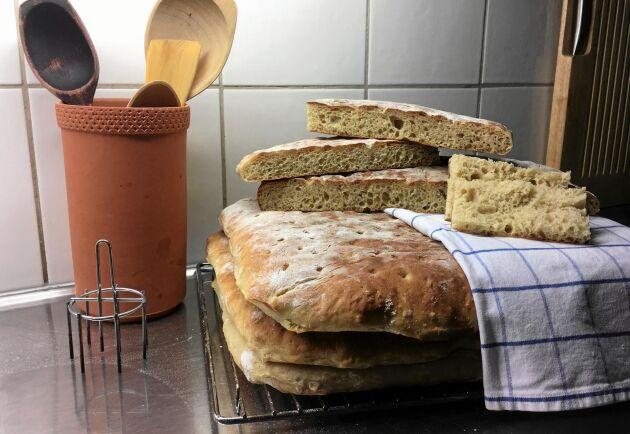 Berit Torell bakar Dalslandskakan efter sin mors recept. Servera brödet ljummet med smör och honung, tipsar Berit.
