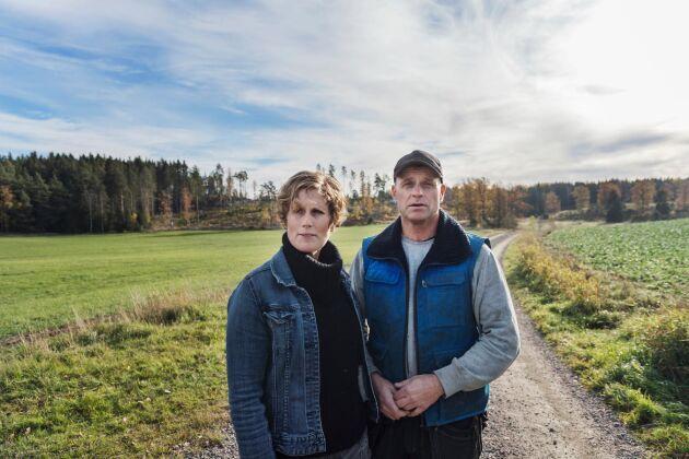 Jordbrukarna Elin Beckman och Ulf Thunell berättar om hur dovhjortar förstör deras grödor. Markerna på Berga gård i Södermanland har tidigare burit 60 kor med kalvar. Nu räcker betet till knappt 40 djur.